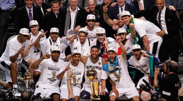 San-Antonio-Spurs-2014-championship-team-photo-594x330